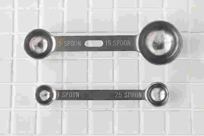 大さじ(15cc)と小さじ(5cc)が柄の両側についている計量スプーン「L」と、小さじ1/2(2.5cc)と、ひとつまみの(1cc)とが両端についている「S」の2種類の「計量スプーン」。特によく使う「L」のタイプは中央部分に穴が空いており、フックなどに掛けて手が届く場所に収納ができます。