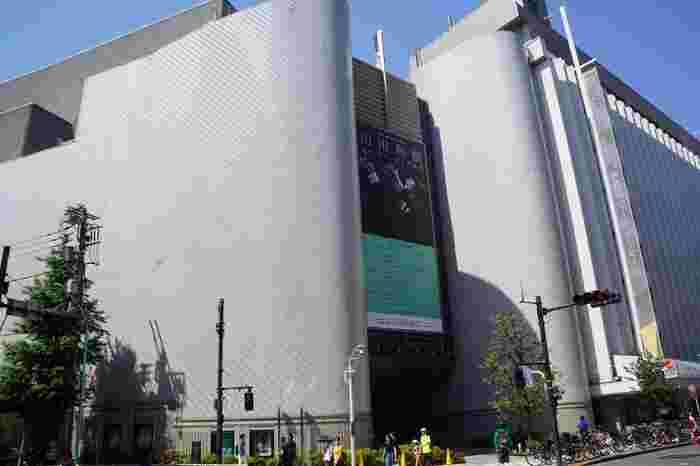 「Bunkamura(文化村)」はその名の通り、様々な文化を一つの場所で体験できる大型カルチャースポットです。「オーチャードホール」(コンサート会場)、「シアターコクーン」(劇場)、「ザ・ミュージアム」(美術館)、「ル・シネマ」(映画館)など、都内でも有数の文化施設が集結。渋谷の喧騒を離れて非日常の世界に浸れます。