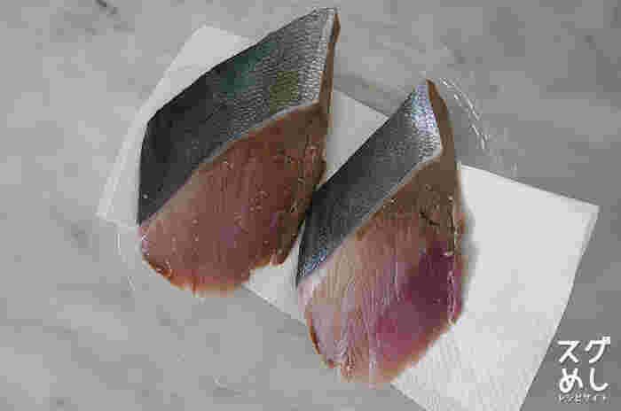 ブリの切り身を選ぶ時、まずみて欲しいのが血合い。この血合いの部分が綺麗なもの、そして、身がツヤツヤと光り美しいピンク色のものが新鮮です。そして、身が白く濁っていたり、ドリップがでているものはなるべく避けるようにしましょう。 スーパーなどで、ブリの切り身は3切れや5切れや1パックなどで売られていますよね。その場合は、トレーのまま冷凍せずに、一切れずつラップで包んで冷凍しましょう。そうすることで約2週間持ちますよ。