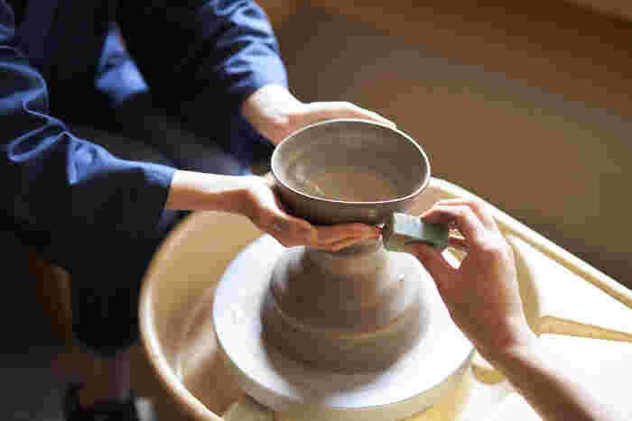 陶芸体験では職人さんに丁寧なサポートをしてもらえます。初めてでも、ぶきっちょさんでも大丈夫。きちんと思い通りの器が作れるようにお手伝いしてもらえますよ。