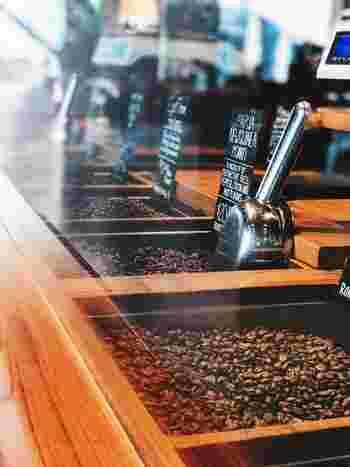 ストレートコーヒーとは、ひとつの産地の豆を100%使ったコーヒーで、他の種類が混じっていないものを指します。一方のブレンドコーヒーは、さまざまな産地のコーヒー豆を配合したものを指します。