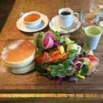 ふっくらきつね色のパンケーキの隣には、新鮮野菜がてんこもり! コショウが効いたハムとの相性も良さそう。