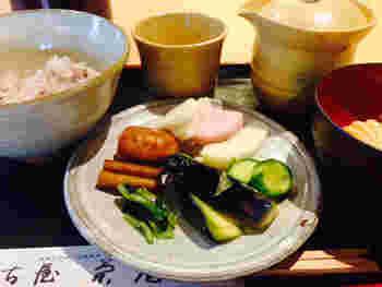 最初の一杯は、好みのご飯と漬物で。お米の甘味とともに、素材の美味しさをよく味わって。