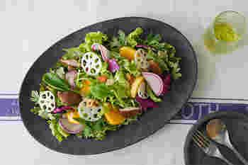 ごはん、焼き魚、おひたし、卵焼き何気ない普段のお料理。ワンプレートにさっと並べて食卓へ。また、人が多く集まる時の見た目も鮮やかなサラダや、笹の葉を敷いて規則正しく巻きずしを並べてみたり…。