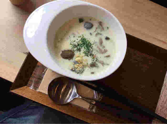 """薬膳スープには珍しいクラムチャウダーもいただけます。こちらもお好みの薬膳パウダーを加えていただきましょう。""""食べておいしい、食べて健康、食べて美容""""をコンセプトにしたスープは、薬膳に対するイメージを良い意味で覆してくれる一杯になるはず。"""