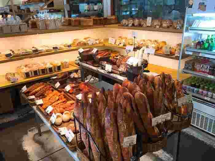 店内には、ハードパンから甘いパン、惣菜パンまで、さまざまな種類のパンが並んでいます。こちらのお店は持ち帰り専門なので、どのパンを買って帰るか悩んでしまいそうですね。