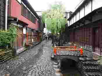 細い水路に架けられて小さな朱色の太鼓橋は、やなか水のこみちが醸し出す、ノスタルジックな風情に華を添えています。
