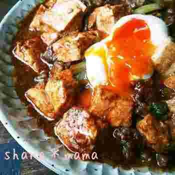 食欲をそそる味噌煮込みに豆腐を追加。豚でもミンチでも、お好みのお肉であっという間にできちゃう簡単スピードメニューです。  お肉より豆腐を多めにすると、よりヘルシーで満腹感を得られます。半熟卵を添えると、まろやかな味わいがアップするのでおすすめです。