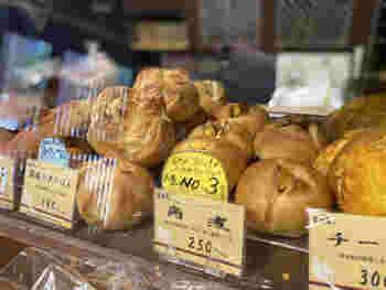 天然酵母や小麦にこだわって丁寧に作られたパンが人気です。中でも「和風惣菜パン」は、手間暇かけた逸品。それぞれひじき、きんぴら、牛すじなどが入っており、他ではなかなかお目にかかれない種類の豊富さです。