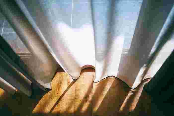 窓に紫外線対策を施せば、室内に入ってくる紫外線の量を減らすことができます。具体的には、紫外線をカットしてくれるカーテンに替えたり、窓にUVカットフィルムを貼ったり。まずは日中過ごしている部屋の窓から試してみてください。