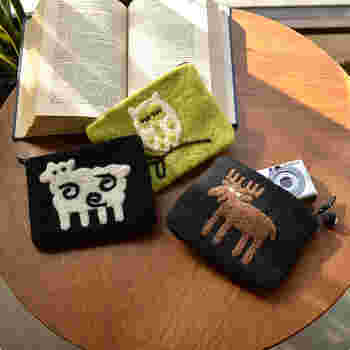 あたたかみのあるフェルトポーチには、遊び心を与えてみませんか?人気の柄をデザインしたポーチはバッグの中でも存在感バッチリ。 カメラや化粧用品はもちろん、飴やガムといった細かいモノも収納して持ち歩いてみましょう。