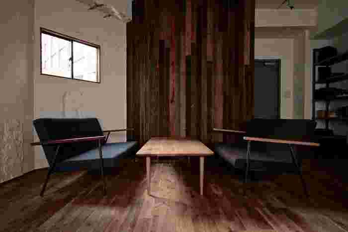 お店の設計と家具は山形市の家具デザイナーが手がける「アトリエセツナ」によるもの。シンプルながらも洗練された個性のある内装や家具は、多くのお客さんが感じるこの店の「居心地の良さ」を生み出しています。