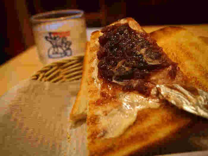 名古屋めしの中でも、とっても手軽に食べられる小倉トースト。名古屋を訪れる機会がありましたら、ぜひ本場のものを召し上がってみてはいかがですか。あんぱんに親しんできた日本の人には、きっと馴染みやすいおいしさです。