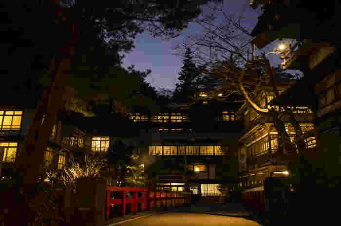 夜の「積善館」は、昼間とはまた違った趣きがあります。映画「千と千尋の神隠し」の油屋のモデルにもなったそうで、そのたたずまいはまるで映画のワンシーンのよう。1691年に本館を建築、1694年には旅籠として開業した歴史のある旅館は、一度は泊まってみたい憧れの宿です。