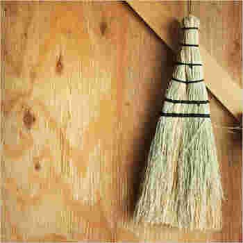 置き場所の雰囲気に合ったお掃除道具を選ぶと、しっくりとなじみます。和の道具は、木を多く使ったおうちなどによく合いますね。