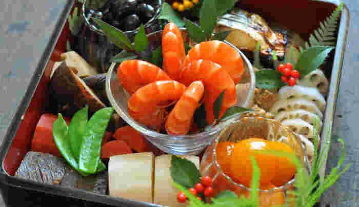 """お正月のおせち料理には、普段家事で忙しい女性に「三が日くらいはゆっくり休んでもらおう」という、ねぎらいの気持ちも込められています。 今回ご紹介した時短レシピや洋風おせち、素敵な盛り付けアレンジをヒントに、心のこもった""""自分らしい""""おせちを手作りしてみませんか? 年に一度の自分や家族へのご褒美として、伝統にとらわれない自由なスタイルで『おせち料理』を楽しみましょう♪"""