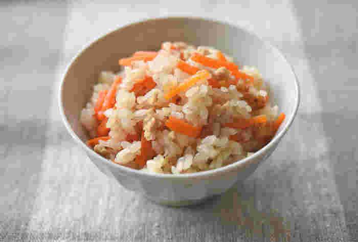 にんじんに含まれているβカロテンは、肌の奥の隠れジミや目の健康を維持するのに良いと言われています。  にんじんをたっぷりと使った炊き込みごはんは、にんじんの甘みを感じることができる一品です。また、鶏ひき肉のうま味と生姜の風味が広がる、優しい味わいの炊き込みごはんです。