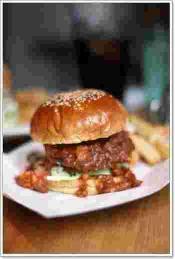 肉汁たっぷりのハンバーガーとカリッと揚がったポテトは、最高の組み合わせ♪ヘルシーなアボカドバーガーは、女性に大人気です。