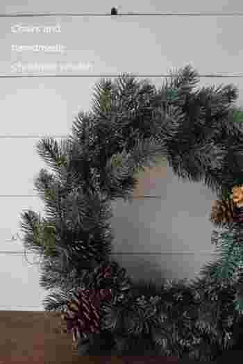 ナチュラルで素敵な手作りリースの完成です。ナチュラル&シンプルなリースは、クリスマスシーズンを過ぎても、そのままお部屋に置いておきたくなりますね!100均には、松ぼっくりなどの飾りつけアイテムやオーナメントも沢山売っているので、お気に入りのリースを作ってみてはいかがでしょう。