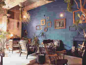 シアンという店名通り、壁一面がシアンで塗られた店内。ボタニカルとアンティークの組み合わせは、心を休めてくれます。