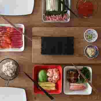 こちらはイッタラの角皿を中心にスタイリッシュに盛り付けた例。印判の小皿をMIXしたコーディネートがおしゃれです!  ちょっぴり大人の手巻き寿司パーティーに。