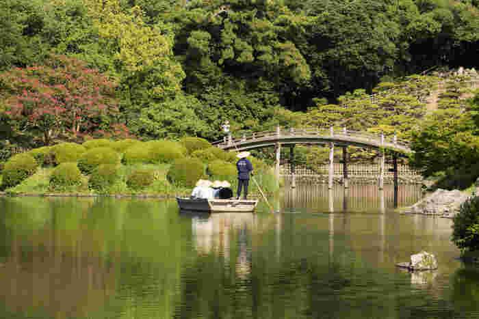回遊式大名庭園の魅力を最も手軽に楽しみたいなら、南湖周遊和船がおすすめ。船頭さんがお庭の説明をしながら、ぐるりと湖を周ってくれます。高松松平家の歴代藩主も楽しんだといわれる四季折々の庭の風情を満喫できます。定員が少ない上に人気なので、事前予約が必要です。