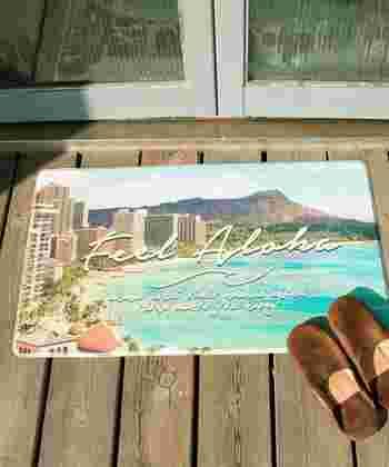 模様替えでぱっと雰囲気を変えたいときには、ハワイの写真を転写したアートや雑貨を飾るのが◎難しいテクニックがなくても、がらりと印象を変えることができます。ただインパクトのあるアイテムなので、全体をシンプルにまとめた空間にプラスするのが良いでしょう。