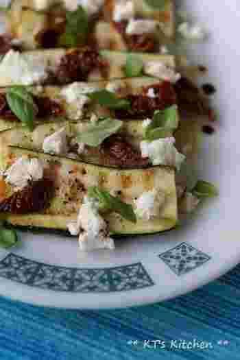 【ズッキーニとドライトマト、フェタのサラダ】 出来立てはもちろん、冷めてもおいしい一品。ズッキーニの他にも、ナス、パプリカなども一緒に焼いてメインとして頂くのもおすすめ◎
