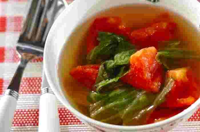 トマトの酸味でサッパリとした味わいに仕上がります。材料は、トマト、レタス、塩、固形スープの素だけなので、おうちにあるものですぐに作ることができます!
