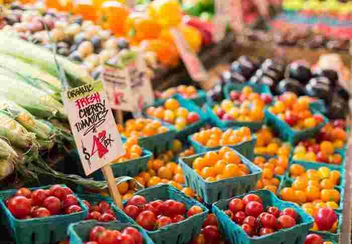 色とりどりの野菜やフルーツの山に、グルテンフリーのパンやパスタの束。グルテンフリーは今もアメリカで流行っている食生活の1つ。Sprouts Farmers Marketには約2,500ものグルテンフリーアイテムが揃っています。