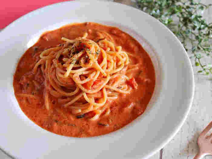 トマト缶、ニンニク、豆乳、そして隠し味に塩昆布を使う、シンプルなのに濃厚な絶品パスタ。仕上げに乾燥バジルを好みでトッピングすれば、見た目も味もよりアップして◎。
