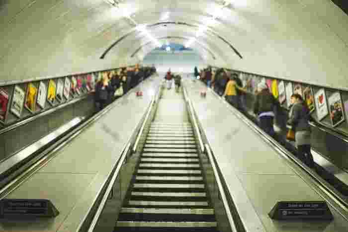 さて、職場へ向かう時間です。朝の通勤ルートは、「温活」にぴったりの運動コース。行きと帰りの両方でトライするのは難しくても、まずは朝だけ、階段を利用したり歩く時間を増やしてみませんか?  混み合っているエスカレーターを利用するよりも、階段を上り下りする方が意外と早いので、急いでいる朝にこそぜひ取り入れてみて下さい。  身体を動かすことによってポカポカするだけでなく、積み重ねれば筋肉量が増えて、自然と巡りの良い身体になっていきます。
