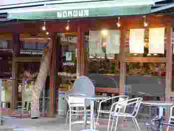 中目黒駅から徒歩3分。こちらのカフェは、ランチタイムから深夜のバータイムまで営業時間が広いことでも人気があるんですよ。お席も100席ほどあるので、覚えておくと便利に使うことができるお店です。
