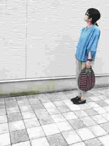 明るいブルーのシャツにグレーのパンツとやや軽やかなカラーのコーデには、幾何学模様&ちょっと落ち着いた色合いのバッグを合わせて大人っぽく。秋らしいカラーをバッグに持ってくるのもいいですね。