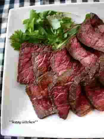 おもてなし料理にぴったりな一品「ローストビーフ」もフライパンでほったらかして出来ちゃいます♪下味をしっかりつけるのがポイント。ほったらかしている間に、お肉に合う付け合せを作ってしまってもいいですね。