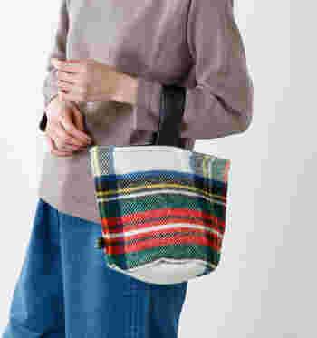 トレンド感たっぷりなワンハンドルバッグは、コンパクトなサイズ感とプレーンなチェック柄が特徴のアイテム。シンプルコーデに合わせれば、良いアクセントになりそうですね。