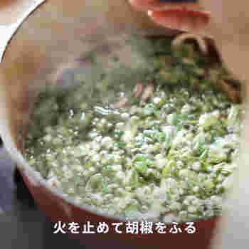 ③煮る 水を入れて沸いたらアクを取り、万能ネギとパクチーを入れます。 いかに火が通ったら火を止め胡椒をふります。お好みでレモンを搾っていただきます。