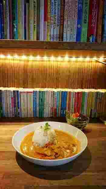 ココナッツカレーライスにはサラダも付きます。本に囲まれてゆったりとしたランチタイム。