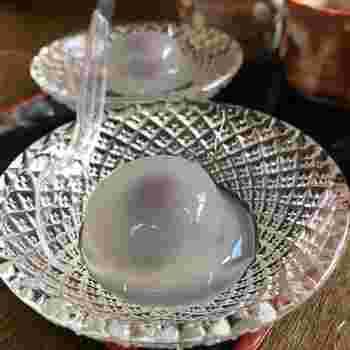 葛粉とわらび粉から作られた水まんじゅう。ガラスのうつわで涼感たっぷりに提供されます。