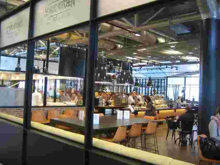 フライトまでにお腹が空いたら「Nordic Kitchen(ノルディック・キッチン)」へ。ちょっと小腹を満たす軽食も、しっかり食べたい北欧料理もあります。おすすめは森の素材を使ったパスタ。トナカイ肉が入ったメニューも。  ほかにも、寿司と麺類を扱う「Two Tiger(トゥー・タイガー)」、オーガニックのフェアトレード食材を揃えた「Fare Taste Café(フェア・テイスト・カフェ)」など約30ヶ所の飲食スポットが空港内にあります。