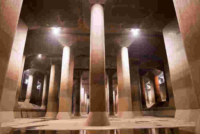 見学会では、まるで神殿のような「調圧水槽」にも入ることができます。調圧水槽は、地下トンネルから流れてきた水の勢いを弱め、スムーズに流すための巨大プールは、幅78メートル、長さ177メートル、高さは18メートル。柱の重さは500トンで、奥行き7メートル、幅2メートルの柱が59本立ち並ぶ様子は、荘厳。