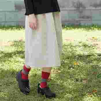 足を締め付けない包み込むような履き心地のボーダー靴下です。シンプルなデザインなので、プレゼントにもおすすめです。