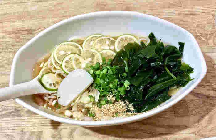 徳島産の鳴門ワカメがたっぷり入ったつめたい半田麺も人気。おなかいっぱいでも、ついつい食べたくなってしまいます。