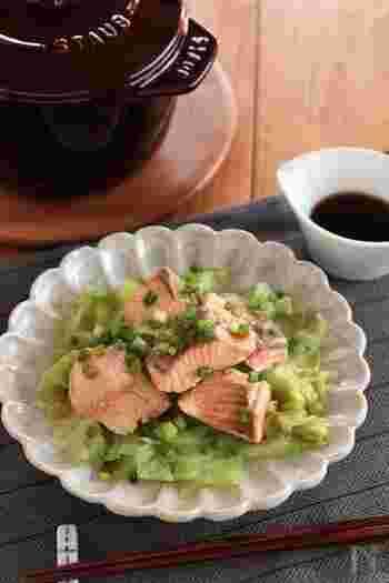 蒸し煮することで、キャベツの甘みと鮭のうまみが引き出された一品。ポン酢がからんで、より味わいが豊かになります。