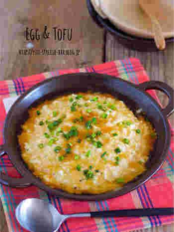 豆腐と挽肉、卵をレンジで加熱してまとめています。とろりとしたあんかけをかけて、アツアツのところをいただきましょう。