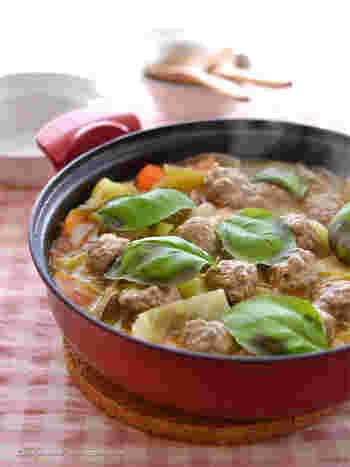 こちらのトマト鍋は生のトマトをたくさん使った栄養満点な一品。あさりや野菜を事前に炒めてから煮込むので、コクのある味わい深いお鍋に。シメはチーズとご飯を入れてリゾットにすると◎