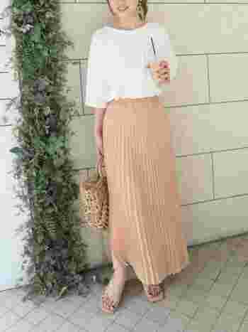 プリーツスカートは淡色でシンプルに着こなすことで上品な印象を高めてくれます。サンダルとバッグも色味を揃え、涼しげなアイテムでまとめてあげると季節感も楽しめますね。