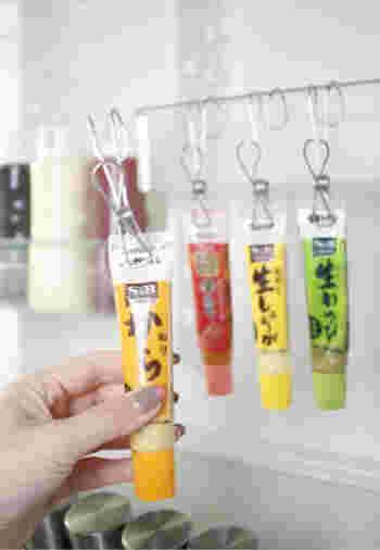 これを使用して、薬味のチューブをそれぞれ挟んだら、ドアポケットのケースに吊るすだけ。使用する際はクリップごと外して使用します。これならお掃除もとっても楽チン♪