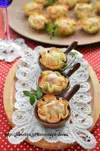 餃子の皮を使った、お花みたいな包み焼き。カニカマとコーンクリーム缶などで簡単にできますので、パーティーの前菜にもおすすめですよ。
