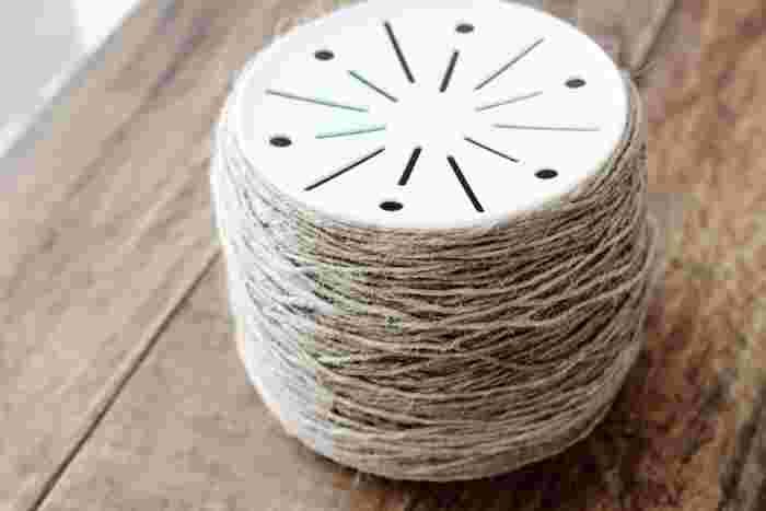 <作り方> まず、プラスティック鉢の上部にダイソーのアルミテープをくるりと貼り、塗るだけでアンティーク調になるターナーの「アンティークメディウム」、その上からセリアの水性ニス(ウォールナット)を塗ります。  次に、巻きつけた麻紐にもワトコオイルのドリフトウッドや、セリアの水性ニス(ウォールナット)をところどころに塗って色に変化を出し、前面にお好きなロゴなどを貼って完成です。